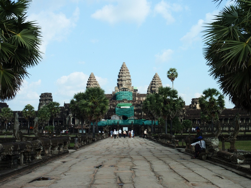 the reign of suryavarman ii lives Suryavarman ii (khmer:  his reign's monumental architecture, numerous military campaigns and restoration of strong government have led historians to rank .